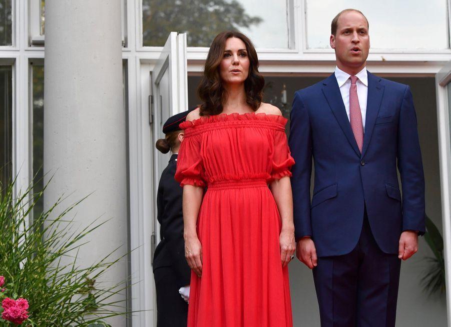 Kate Middleton, Rouge Séduction Et Épaules Dénudées 19