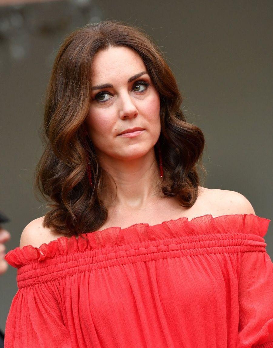 Kate Middleton, Rouge Séduction Et Épaules Dénudées 20