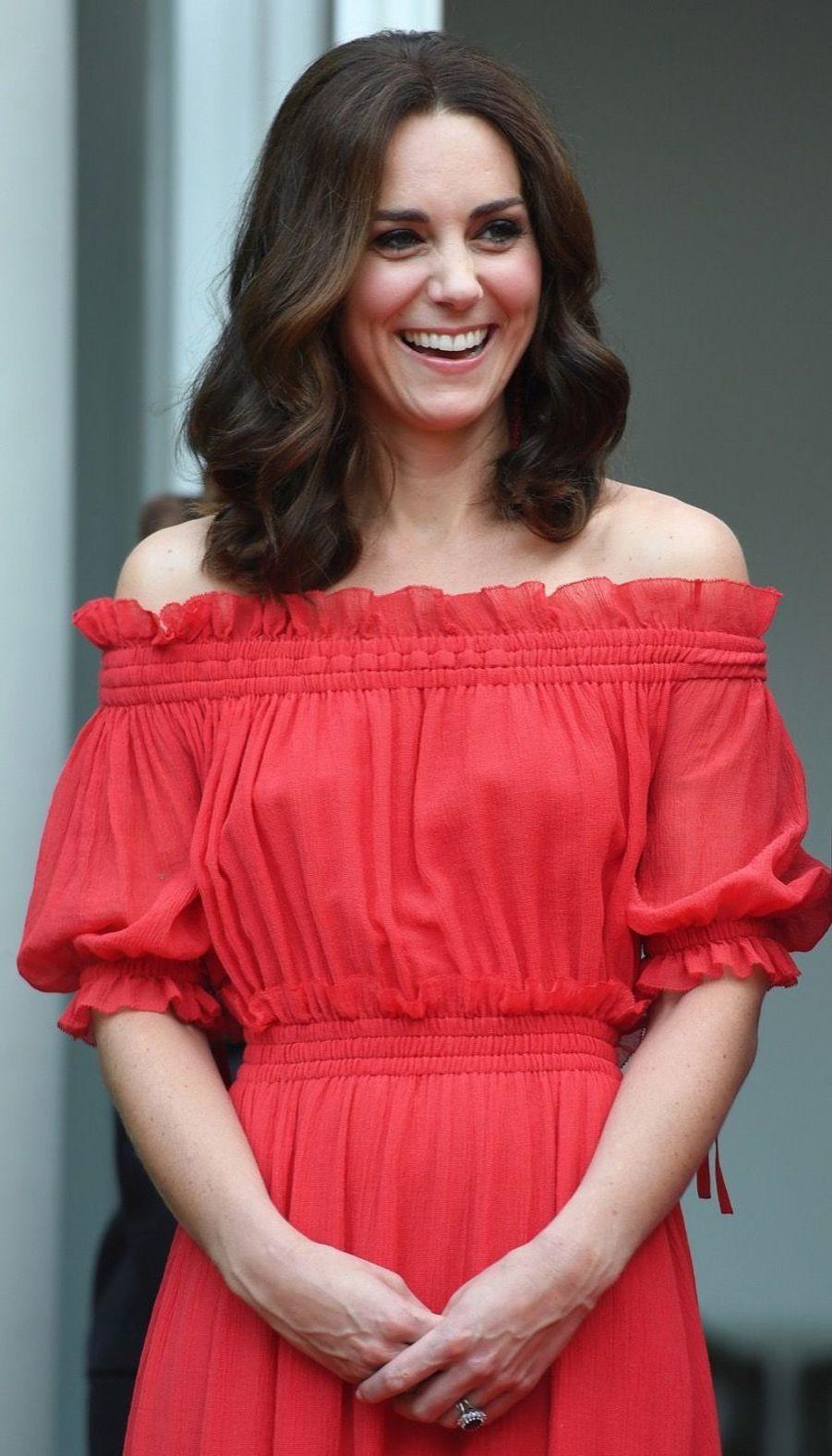 Kate Middleton, Rouge Séduction Et Épaules Dénudées 9