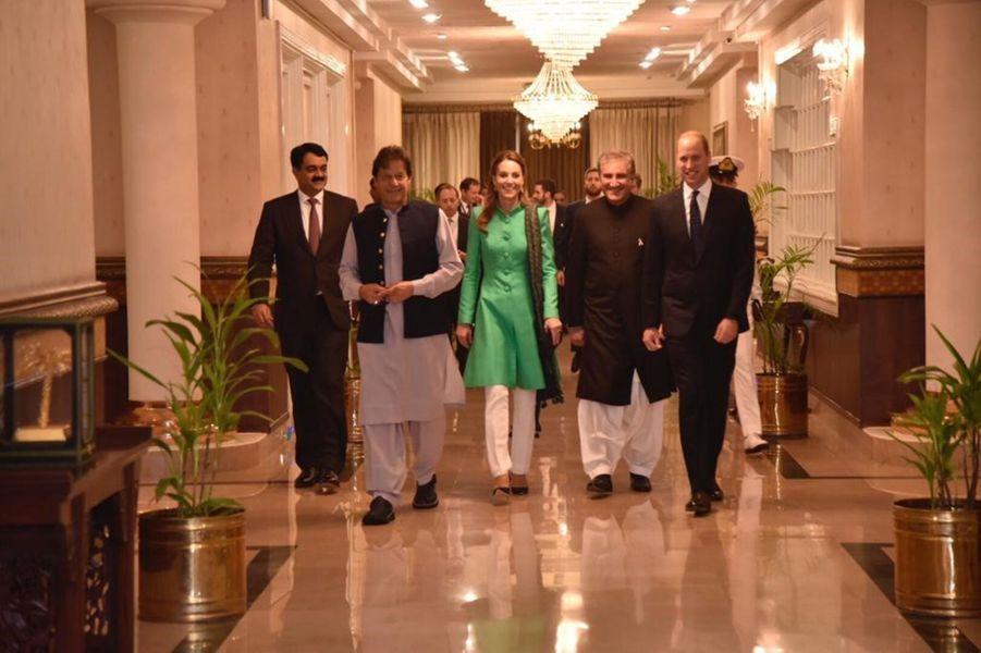 Kate Middleton et le prince William entourés du Premier ministre pakistanaisImran Khan à Islamabad le 15 octobre 2019