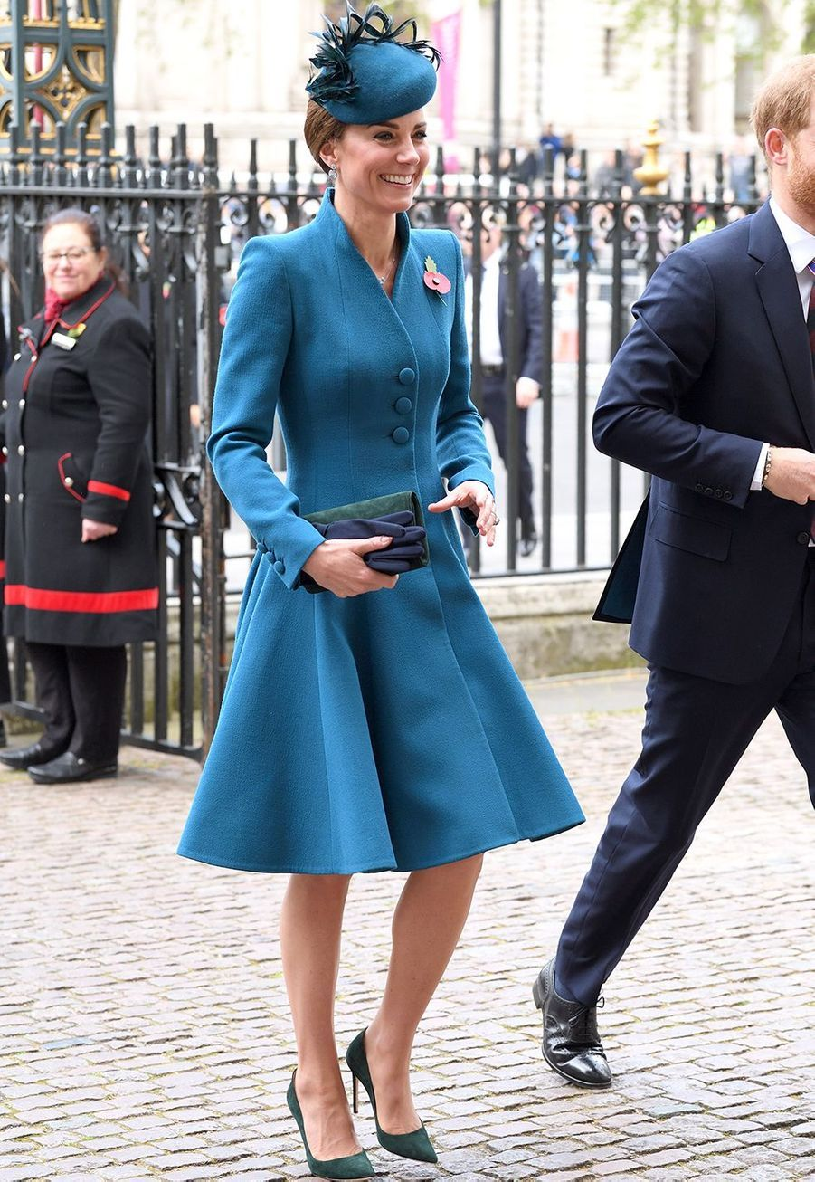Kate Middleton (en Catherine Walker) assiste à la Journée commémorative de l'ANZAC à l'abbaye de Westminster le 25 avril 2019