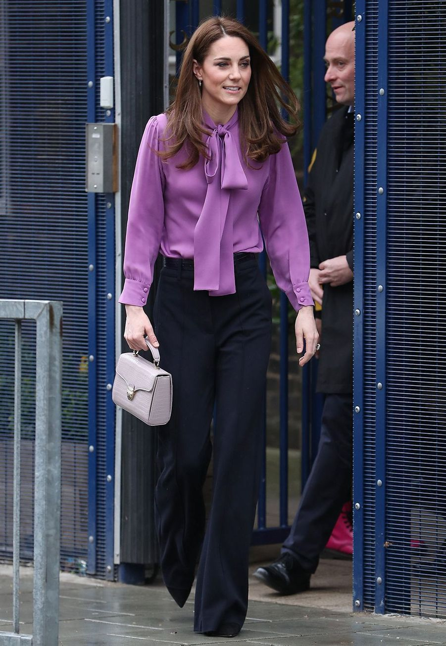 Kate Middleton (en blouse Gucci) visite le centre pour enfants Henry Fawcett à Kennington le 12 mars 2019