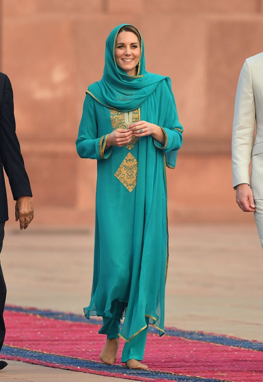 Kate Middleton (en Maheen Khan) visite la mosquée Badshahi avec William à Lahore, au Pakistan, le 17 octobre 2019