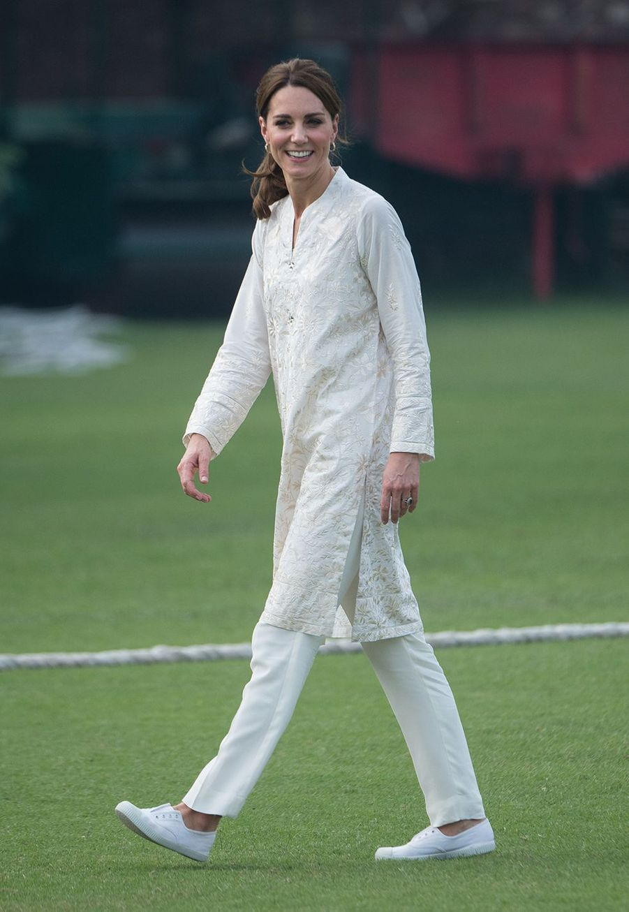 Kate Middleton (en Gul Ahmed) visite le National Cricket Academy à Lahore, au Pakistan, le 17 octobre 2019