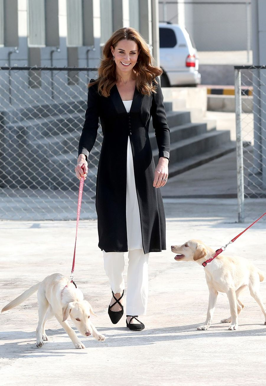 Kate Middleton (en manteau Beulah London) visite l'Army Canine Centre lors de sa dernière journée de visite au Pakistan avec William, à Islamabad le 18 octobre 2019