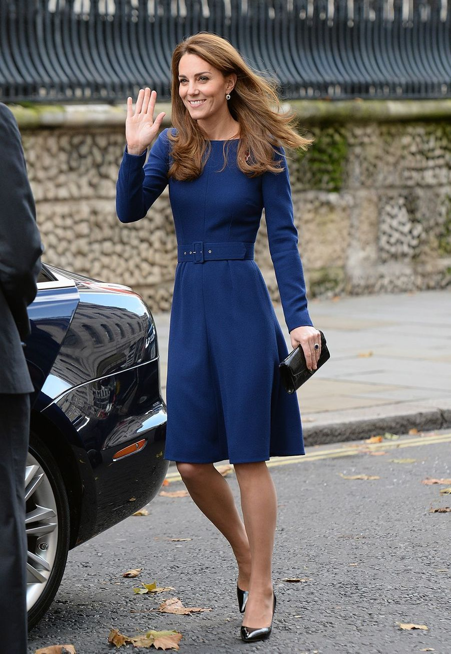 Kate Middleton (en Emilia Wickstead) en visite pour l'association National Emergencies Trust à Londres le 7 novembre 2019