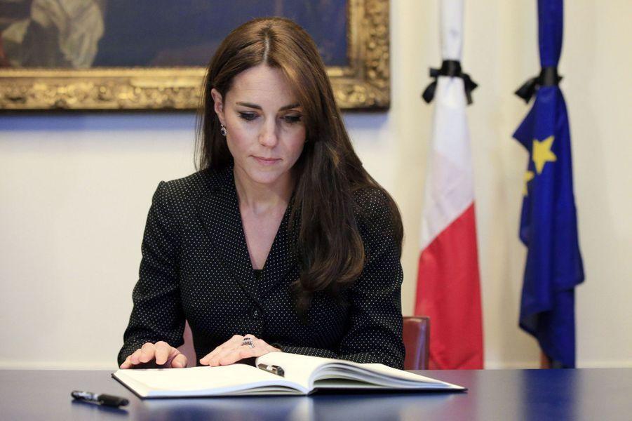 La duchesse de Cambridge, née Kate Middleton, à l'Ambassade de France à Londres, pour l'hommage aux victimes des attentats de Paris, le 17 no...