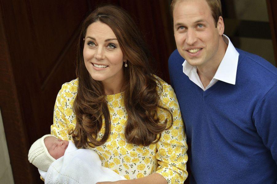 La duchesse de Cambridge, née Kate Middleton, sortant de la maternité à la naissance de sa fille, le 2 mai 2015