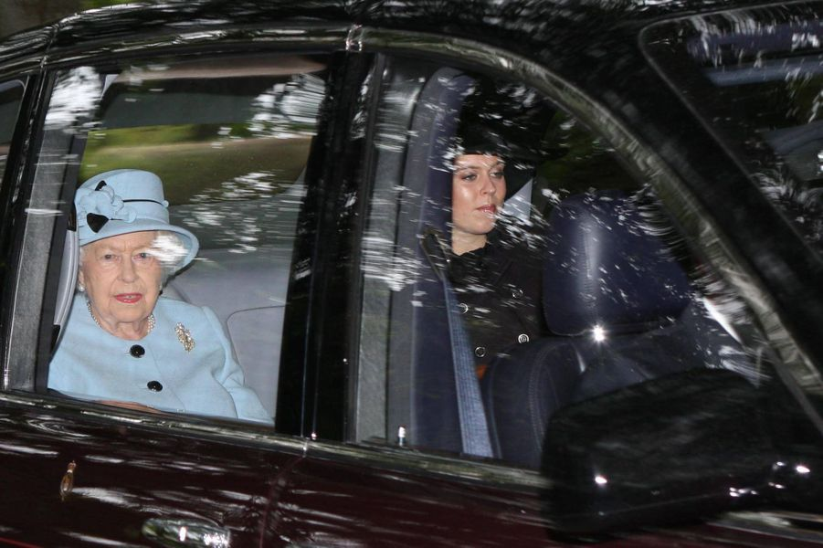 La reine Elizabeth II et la la princesse Beatrice d'York à Crathie en Ecosse, le 12 août 2018