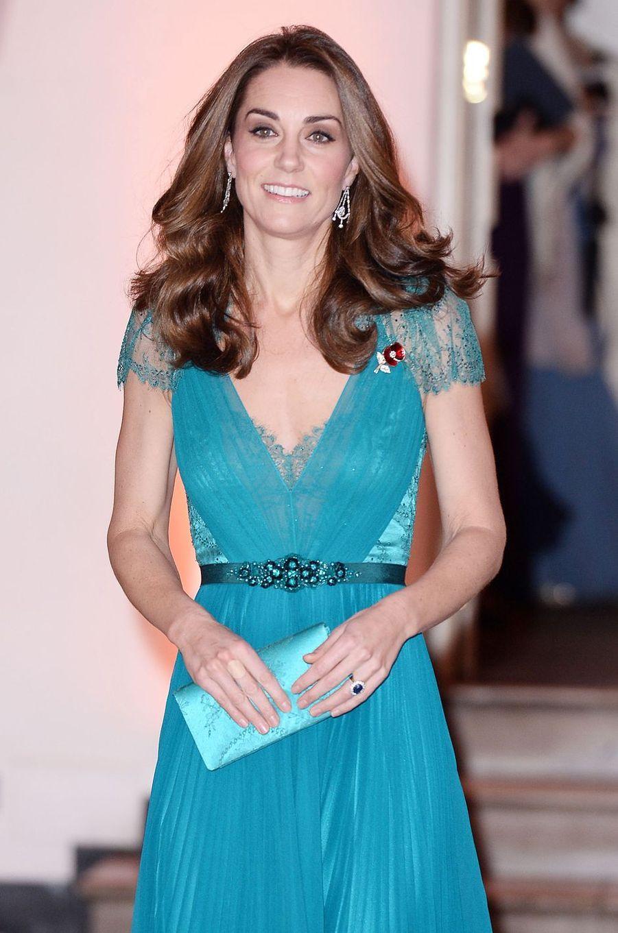 Détail des bijoux de la duchesse Catherine de Cambridge à Londres, le 9 novembre 2018