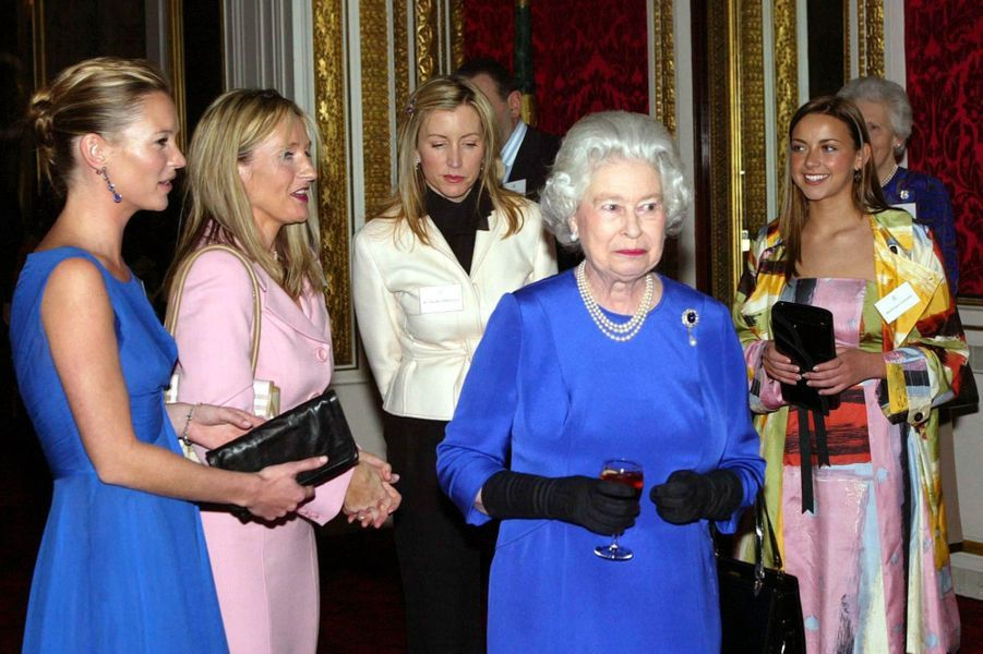 """La reine tout sourire avec son """"girls-band"""""""