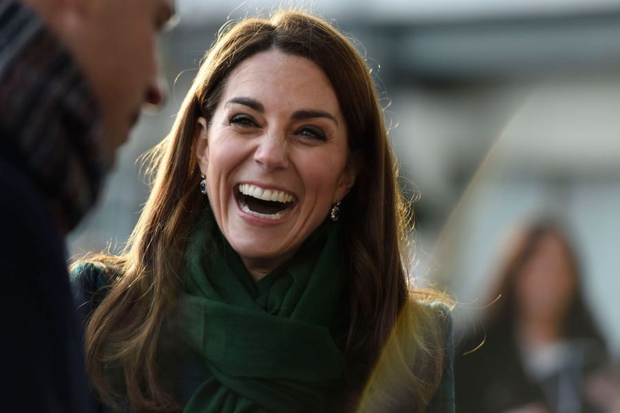 Rien n'est dû au hasard, et surtout pas la garde-robe d'une princesse anglaise. Ce mardi, la duchesse de Cambridge Kate née Middleton portait une tenue aux couleurs écossaises lors d'une visite officielle à Dundee.