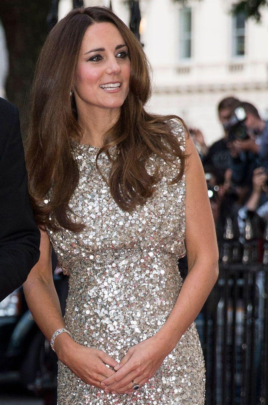 La duchesse Catherine de Cambridge porte son bracelet en diamants, qui serait un cadeau du prince Charles, le 12 septembre 2013