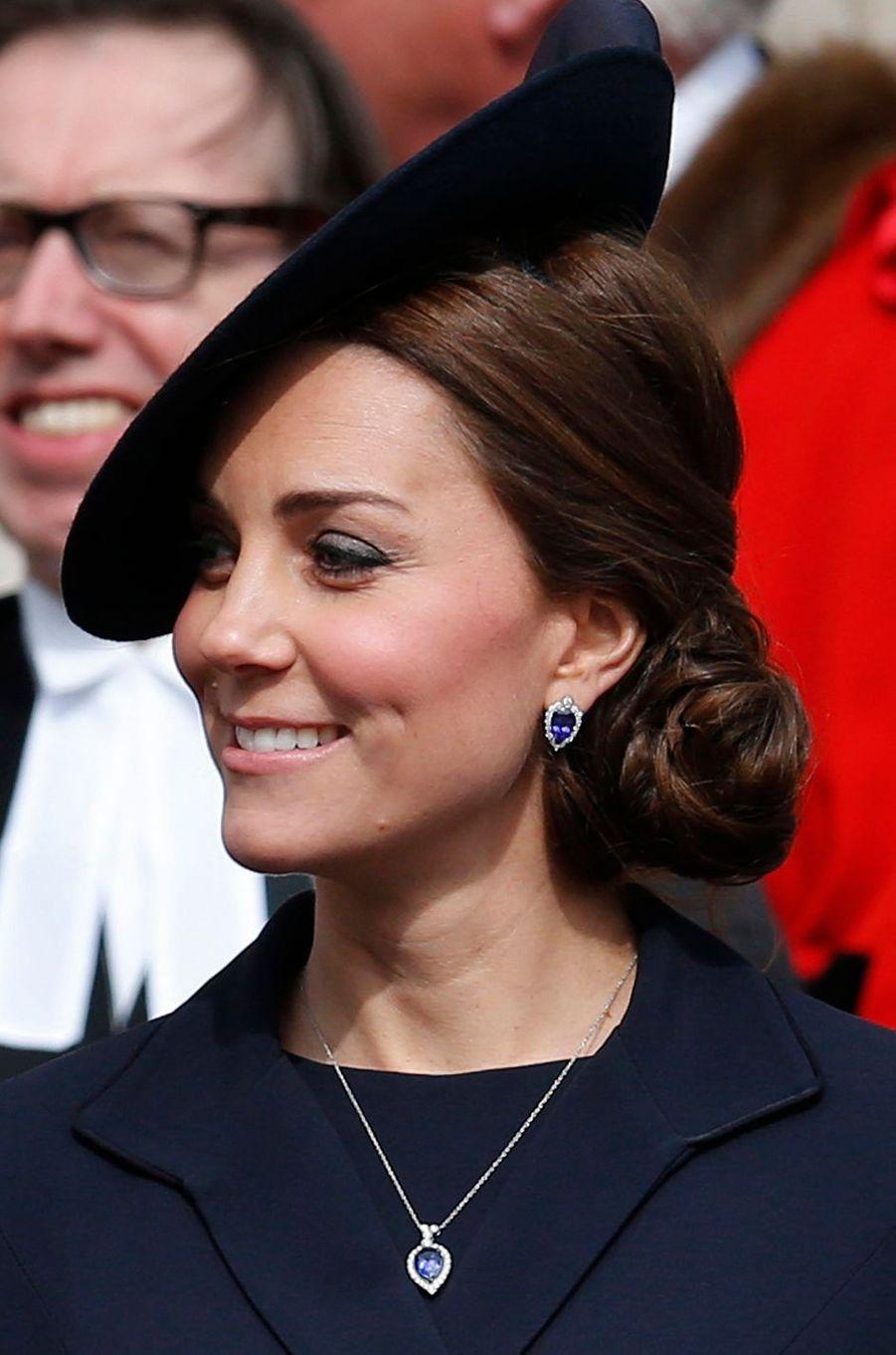 La duchesse Catherine de Cambridge porte un pendentif G Collins & Sons et des boucles d'oreille assorties, le 13 mars 2015