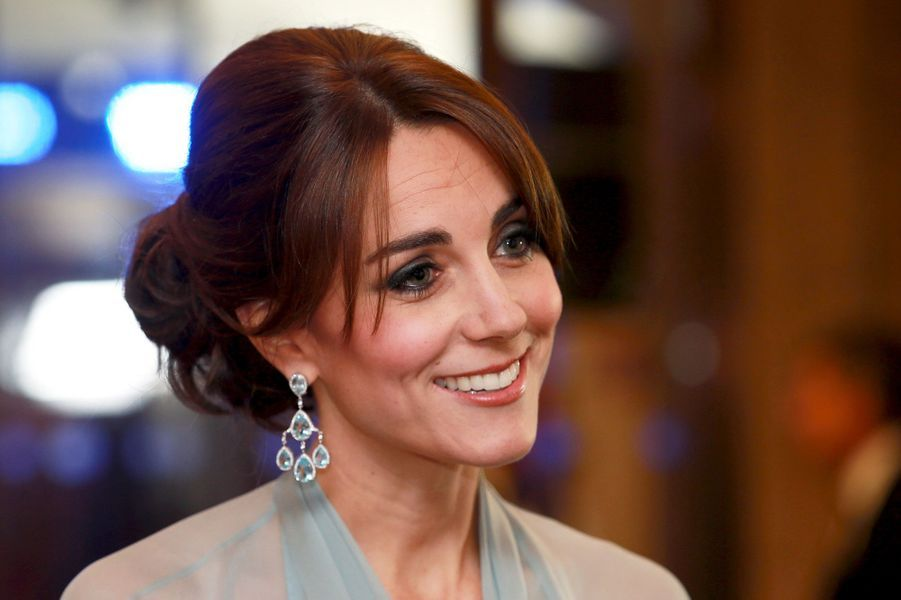 La duchesse Catherine de Cambridge porte des boucles d'oreille en topazes et diamants Robinson Pelham, le 26 octobre 2015