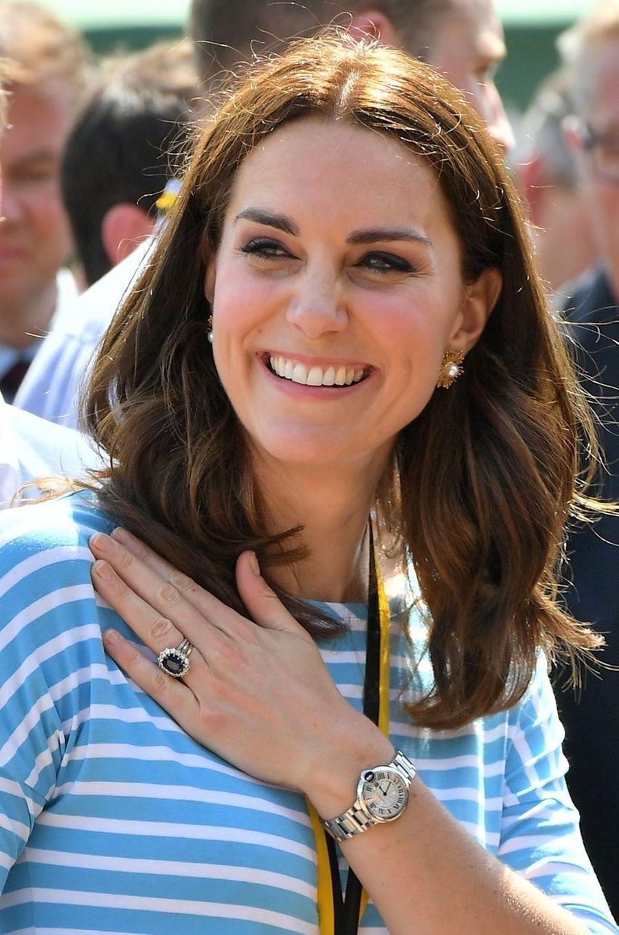 La duchesse Catherine de Cambridge porte sa bague de fiançailles et une montre Cartier, le 20 juillet 2017
