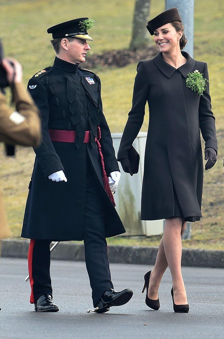 La duchesse de Cambridge, née Kate Middleton, en Catherine Walker pour la St Patrick à Aldershot, le 17 mars 2015