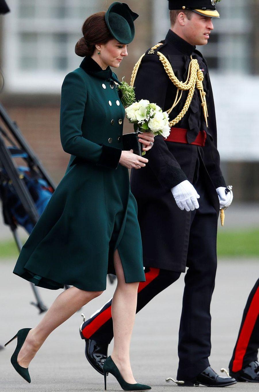 La duchesse de Cambridge, née Kate Middleton, en Catherine Walker pour la St Patrick à Aldershot, le 17 mars 2017