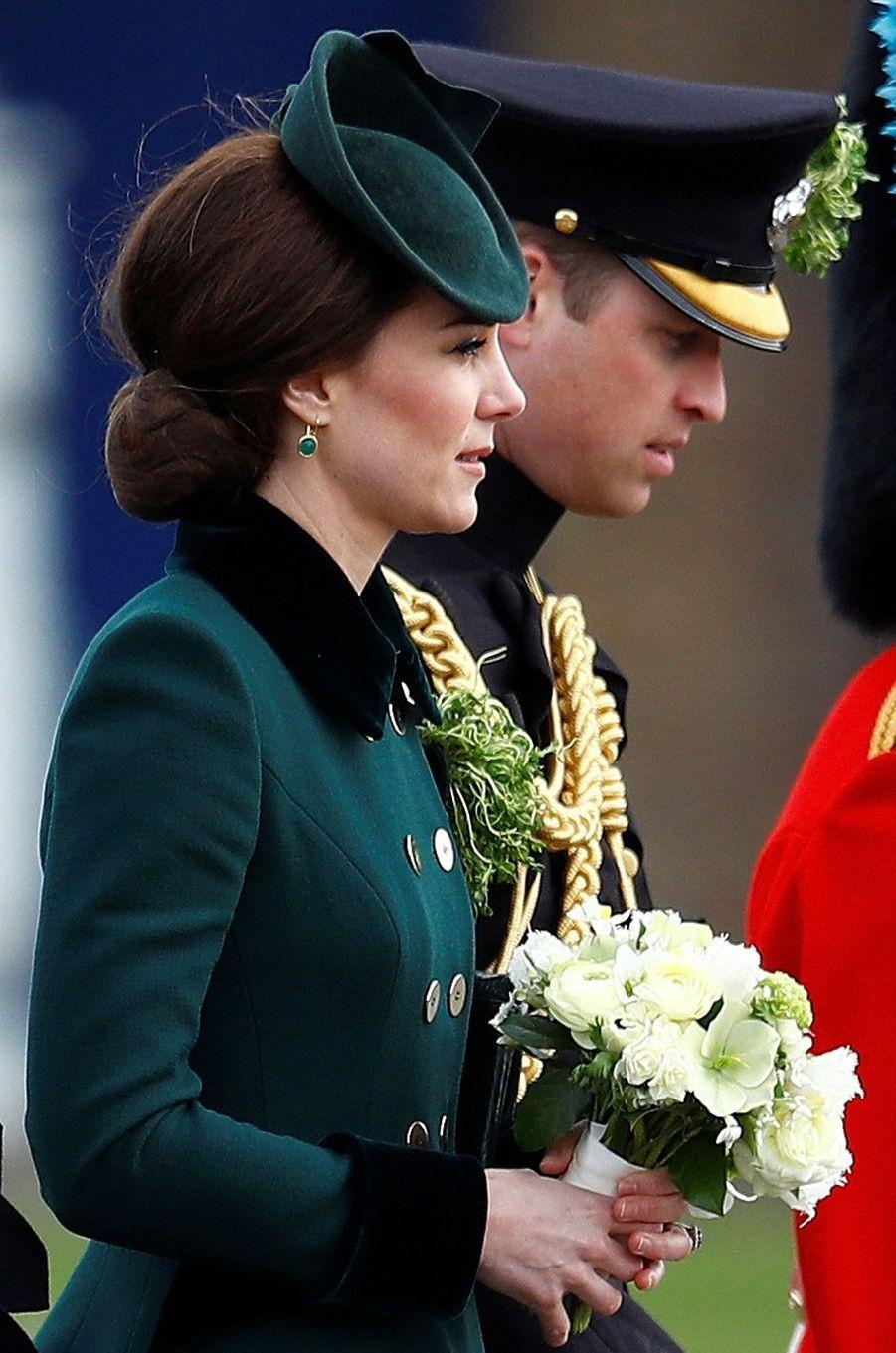 Détail du bibi de la duchesse de Cambridge, née Kate Middleton, pour la St Patrick à Aldershot, le 17 mars 2017