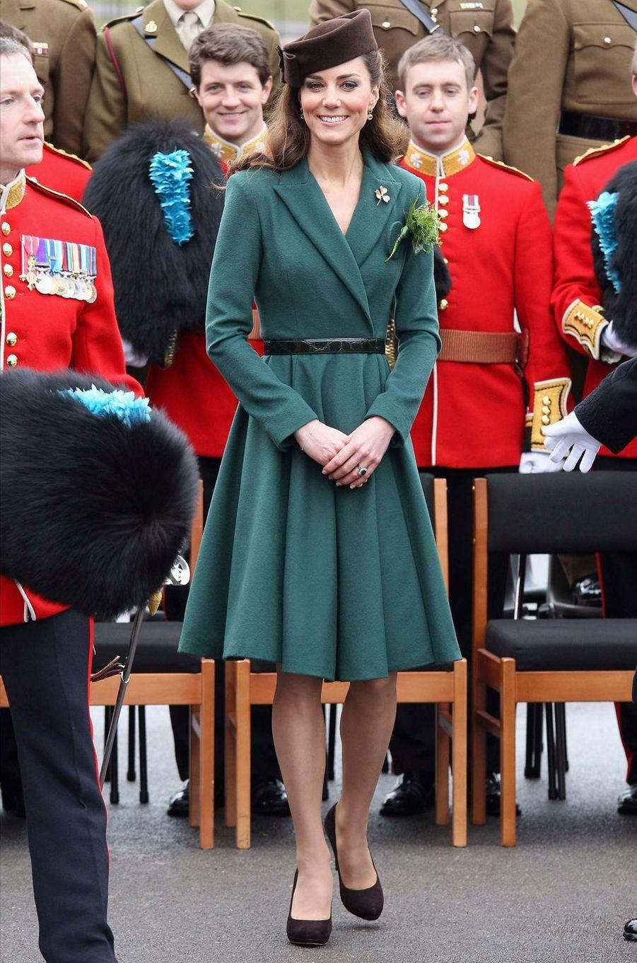 La duchesse de Cambridge, née Kate Middleton, en Emilia Wickstead pour la St Patrick à Aldershot, le 17 mars 2012