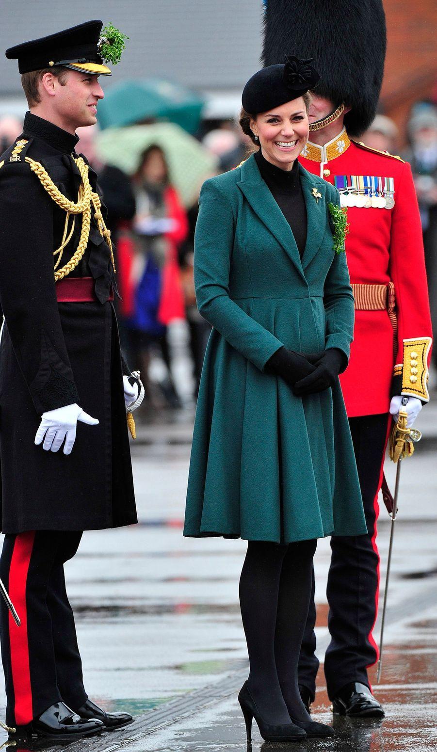 La duchesse de Cambridge, née Kate Middleton, en Emilia Wickstead pour la St Patrick à Aldershot, le 17 mars 2013