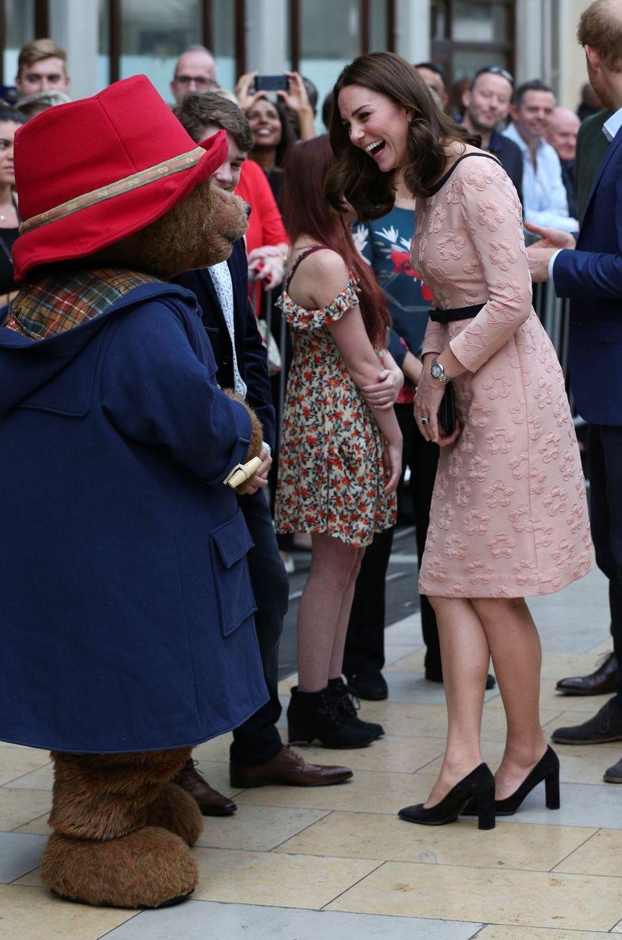 La duchesse Catherine de Cambridge dans une robe Orla Kiely à Londres, le 16 octobre 2017