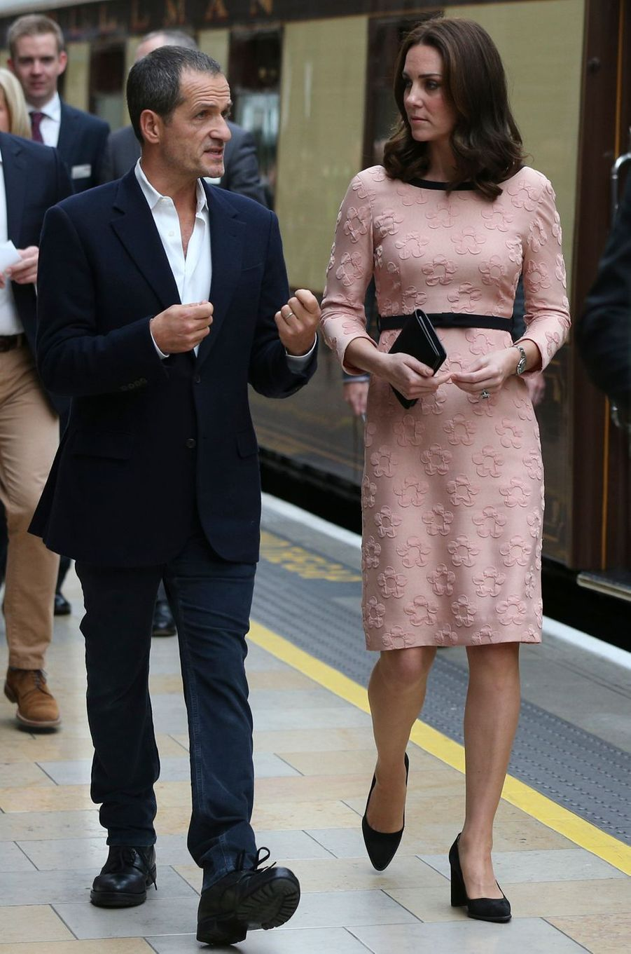 Kate Middleton dans une robe rose Orla Kiely à Londres, le 16 octobre 2017