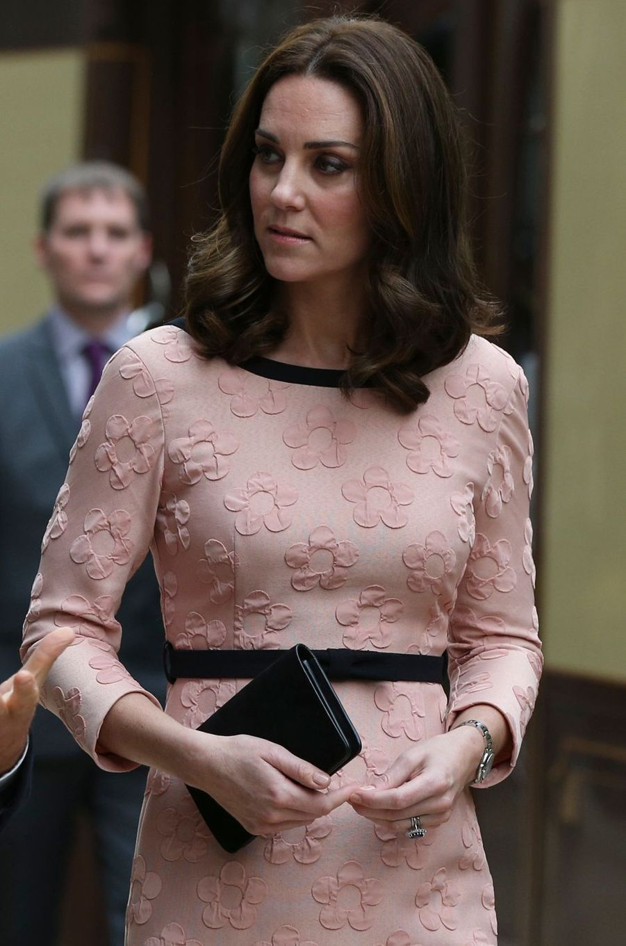 Détail du corsage de la robe de Kate Middleton à Londres, le 16 octobre 2017