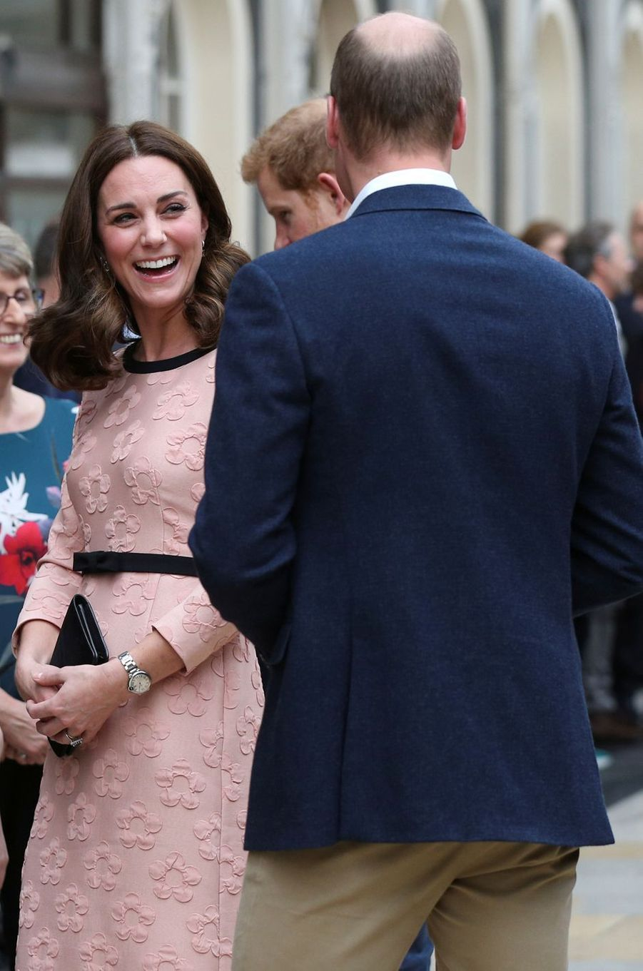 Kate Middleton en rose et noir à Londres, le 16 octobre 2017