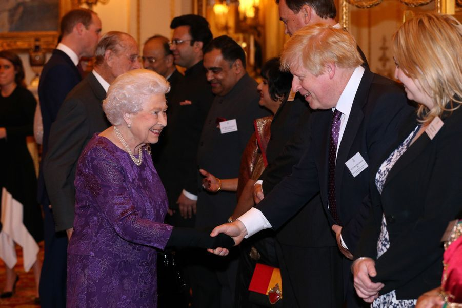 La reine Elizabeth II et le prince Philip au Palais de Buckingham à Londres, le 27 février 2017