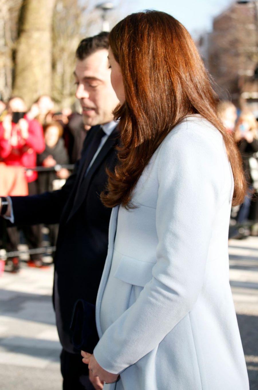 La duchesse Catherine de Cambridge, enceinte de la princesse Charlotte, dans un manteau Séraphine, le 19 janvier 2015