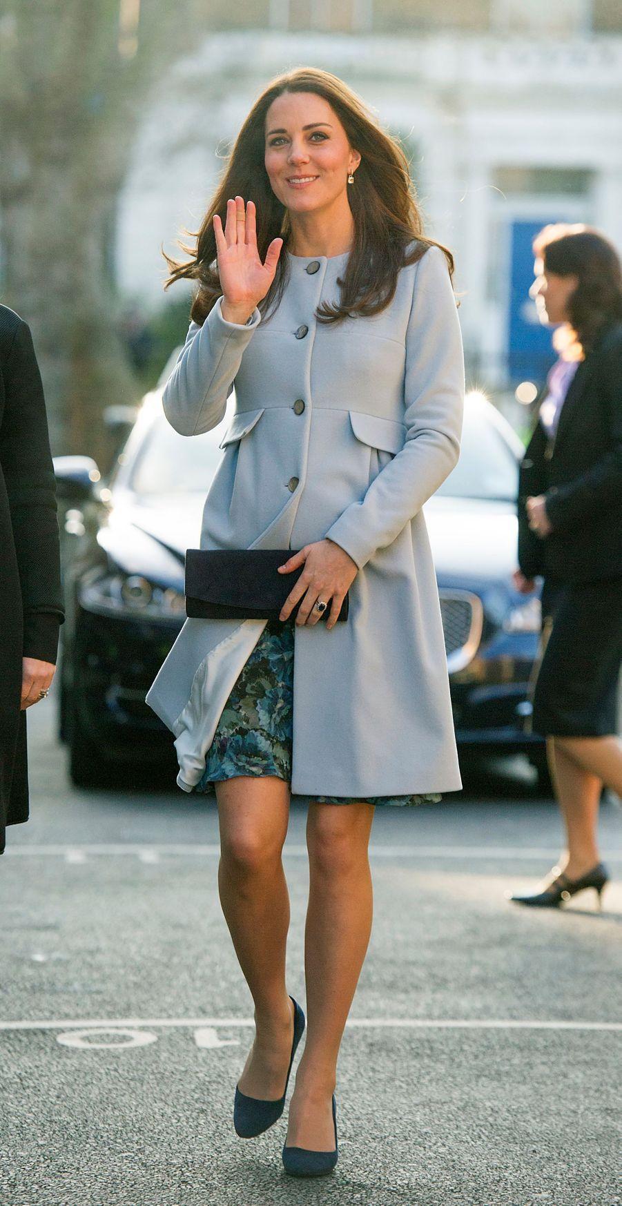 La duchesse Catherine de Cambridge, enceinte de la princesse Charlotte, dans une robe et un manteau Séraphine, le 19 janvier 2015
