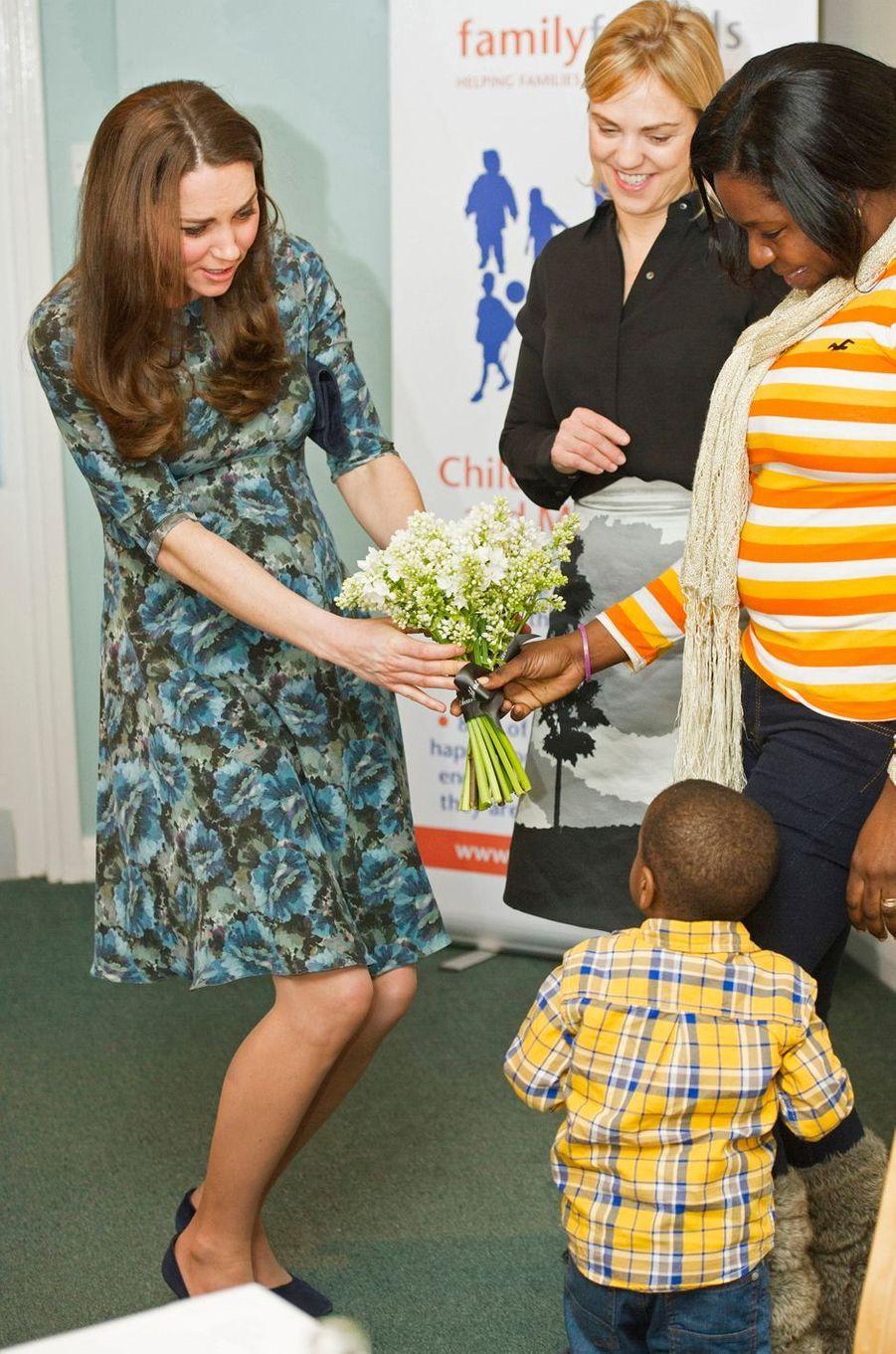La duchesse Catherine de Cambridge, enceinte de la princesse Charlotte, dans une robe Séraphine, le 19 janvier 2015
