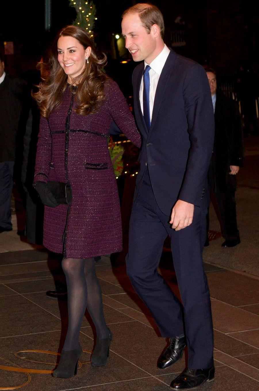 Kate Middleton, enceinte de la princesse Charlotte, dans un manteau Séraphine, le 7 décembre 2014