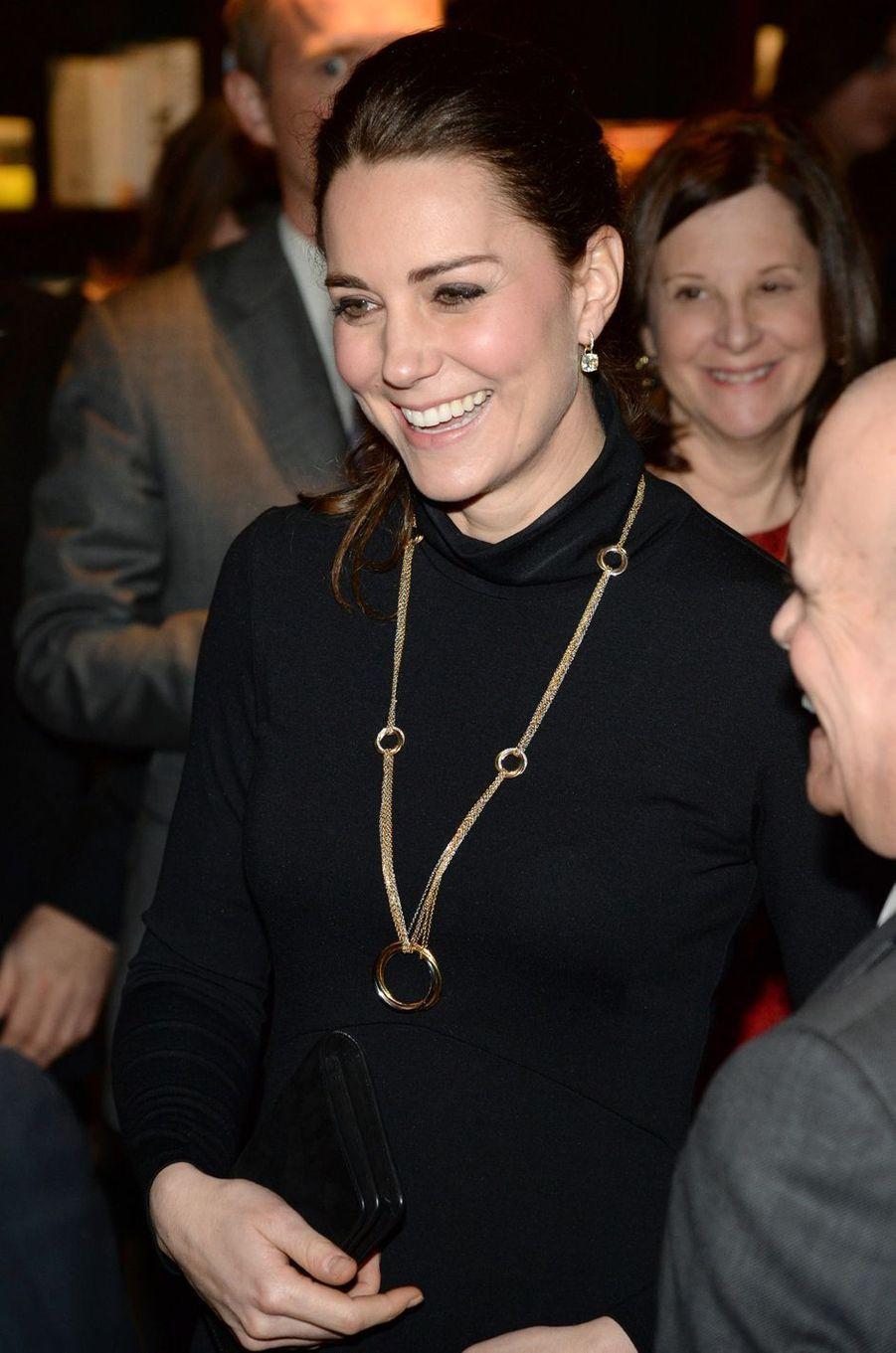 La duchesse Catherine de Cambridge, enceinte de la princesse Charlotte, dans une robe Séraphine, le 9 décembre 2014