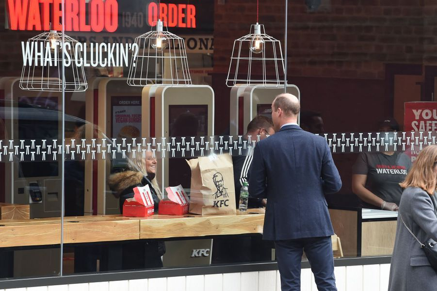 Le prince William salue des personnes devant un fast-foodà Londres le 20 octobre 2020