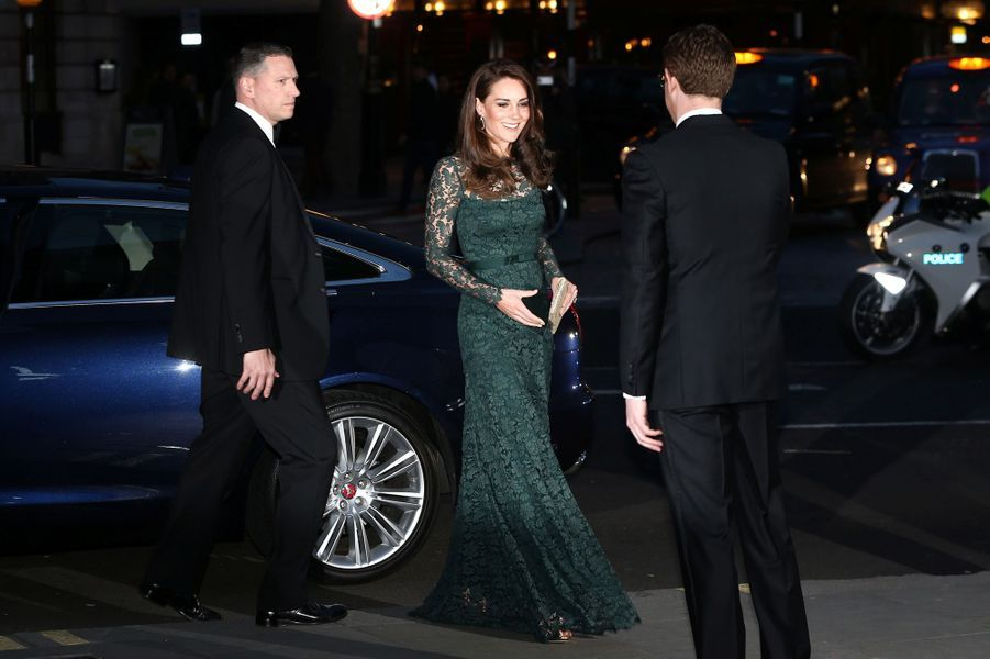 La duchesse de Cambridge, née Kate Middleton, arrive à la National Portrait Gallery à Londres le 28 mars 2017