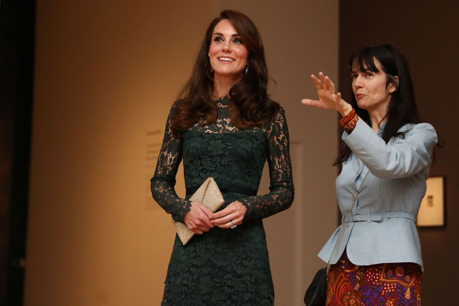 La duchesse de Cambridge, née Kate Middleton, avec Gillian Wearing à Londres le 28 mars 2017