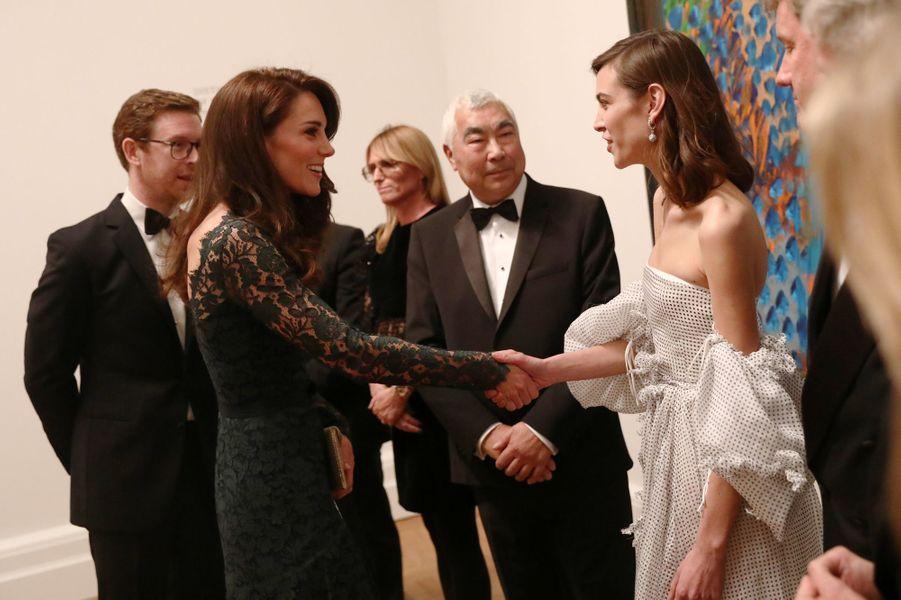La duchesse de Cambridge, née Kate Middleton, avec Alexa Chung à Londres le 28 mars 2017