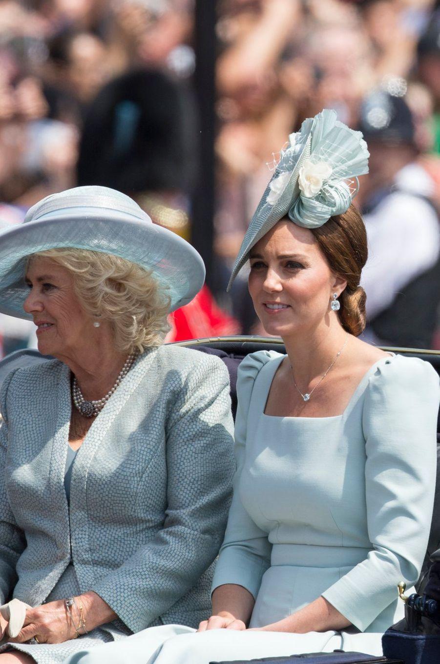 Kate Middleton en Alexander McQueen, avec Camilla Parker-Bowles, à Londres le 9 juin 2018
