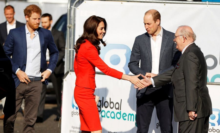 Kate, William Et Harry En Visite Global Academy D'Hayes, À Londres 1