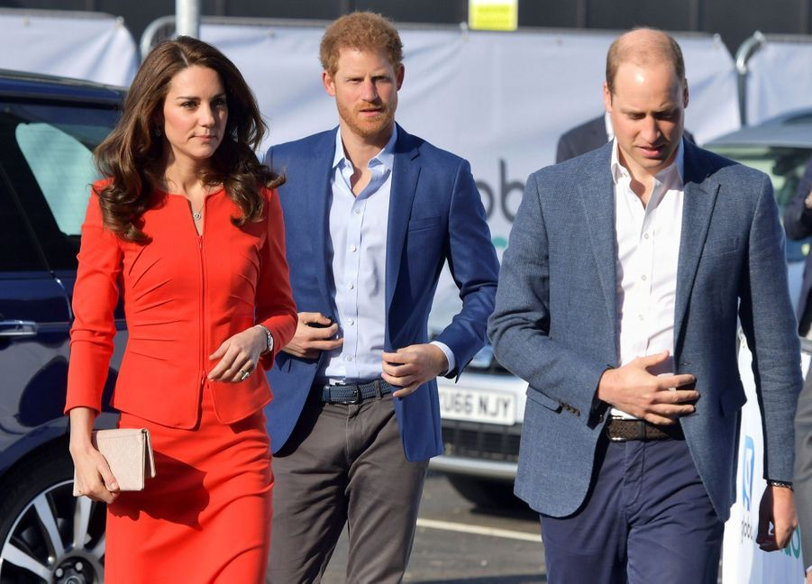 Kate, William Et Harry En Visite Global Academy D'Hayes, À Londres 10