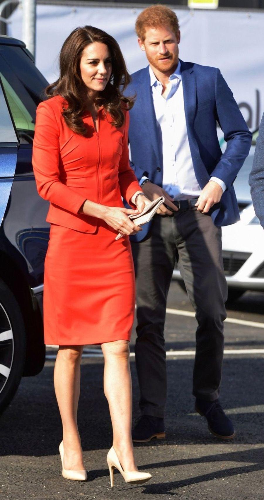 Kate, William Et Harry En Visite Global Academy D'Hayes, À Londres 11