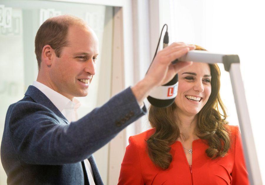 Kate, William Et Harry En Visite Global Academy D'Hayes, À Londres 13