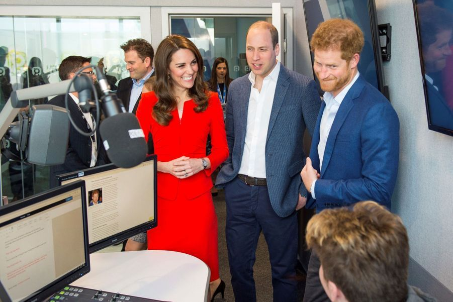 Kate, William Et Harry En Visite Global Academy D'Hayes, À Londres 14
