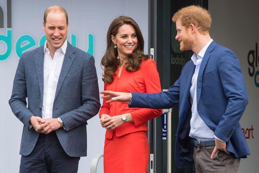 Kate, William Et Harry En Visite Global Academy D'Hayes, À Londres 17