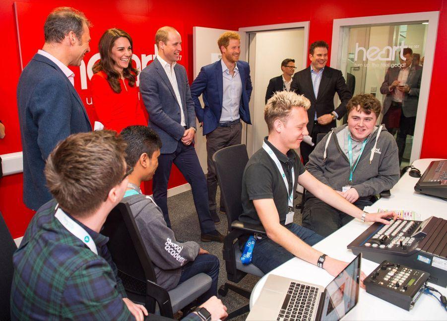 Kate, William Et Harry En Visite Global Academy D'Hayes, À Londres 18