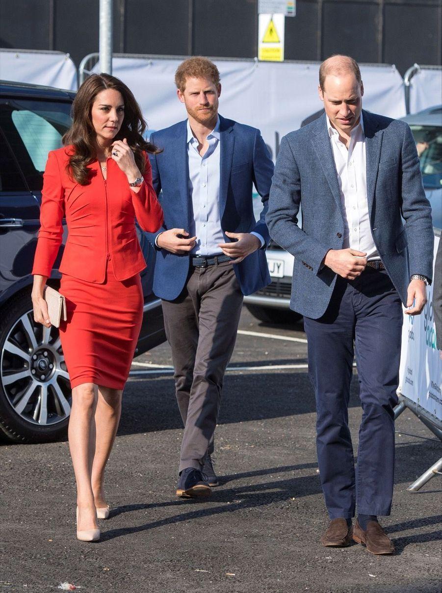 Kate, William Et Harry En Visite Global Academy D'Hayes, À Londres 19