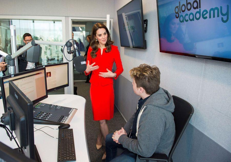 Kate, William Et Harry En Visite Global Academy D'Hayes, À Londres 20