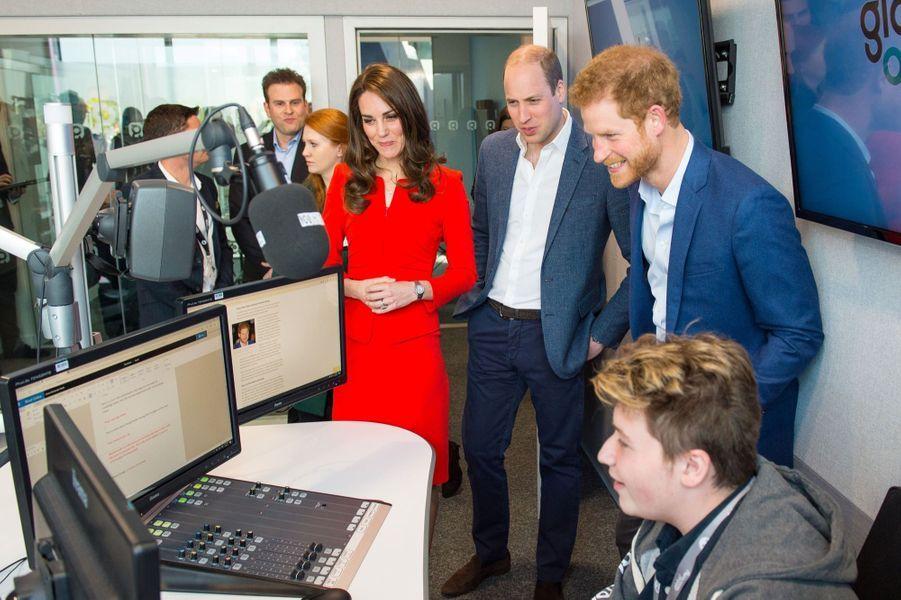 Kate, William Et Harry En Visite Global Academy D'Hayes, À Londres 23